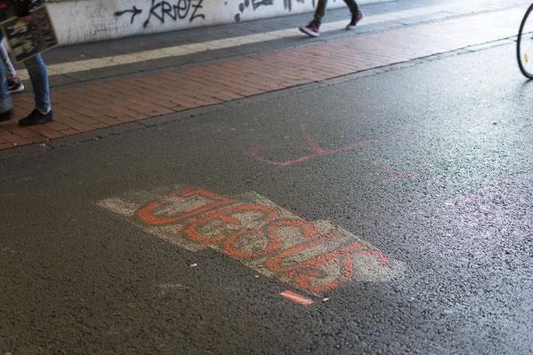 Jesus-Schriftzug auf dem Boden eines Fußgängertunnels am Hauptbahnhof Münster