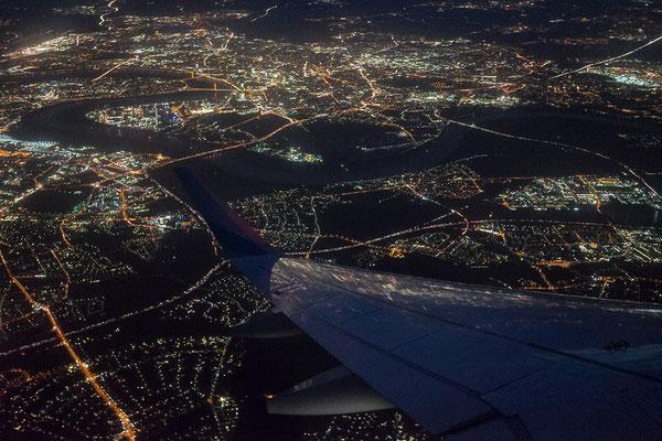 Foto aus dem Flugzeugfenster auf Düsseldorf