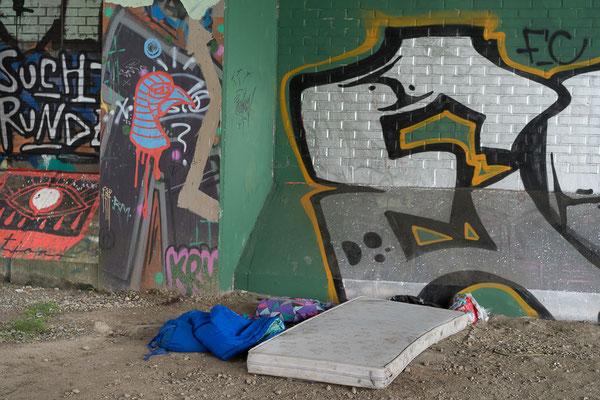Matratze unter einer Kanalbrücke