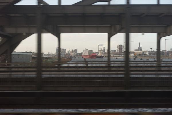 Blick aus dem Zugfenster auf den Hamburger Hafen