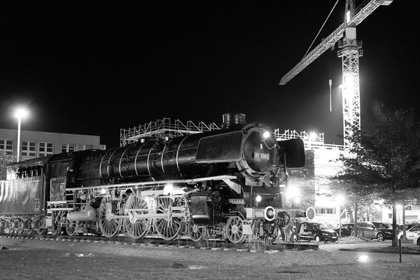 Die Lokomotive 01 1063 vor dem neuen Braunschweiger Hauptbahnhof
