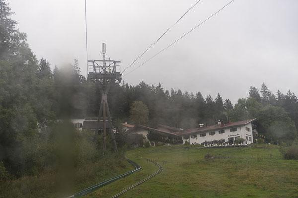 Verregneter Blick aus der Seilbahn auf die Schliersberg-Alm