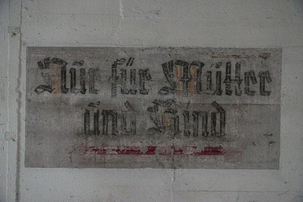 """Altes Schild """"Nur für Mütter und Kind"""" im Eingangsbereich des Erdgeschosses."""