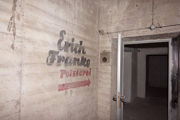 Erich Franke Polsterei verweist auf die Nachkriegsnutzung des Bunkers als Polsterei oder auch als Getränkemarkt.