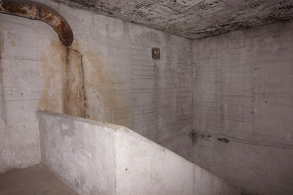 Treppenhausbereich im obersten Geschoss, wo die Decke und dem Bombentreffer einstürzte.