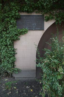Gedenkplakette für die 68 Toten des Bombenangriffs vom 18. November 1944.
