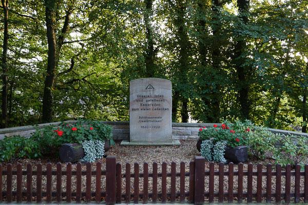 """Der Schützenverein """"Gemütlichkeit"""" traut um die gefallenen Kameraden aus dem Verein."""