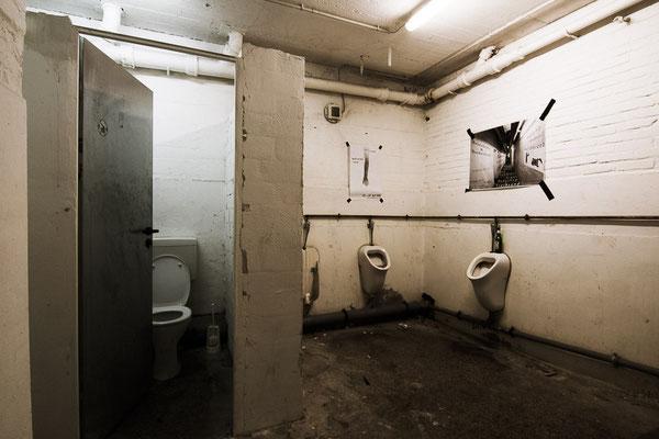 Toiletten für die Nachkriegsnutzung als Probezentrum.
