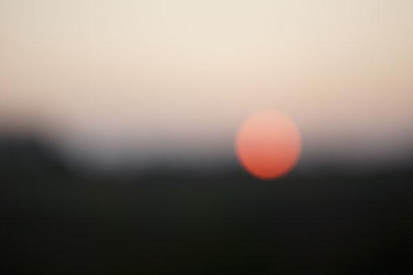 Unscharf fokussierter Sonnenuntergang.