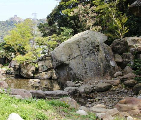 4mの巨石 池の中央にある。