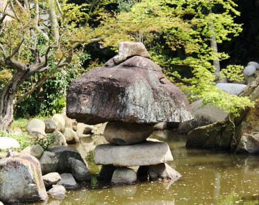 巨大な石灯籠(池の左側)
