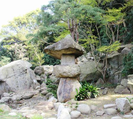 巨大な石灯籠(池の右側)