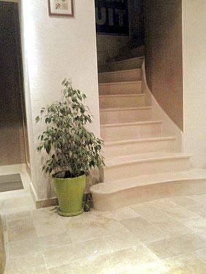 enduit plâtre sable gratté , escalier pierre Combe brune , enduit plâtre teinté chocolat