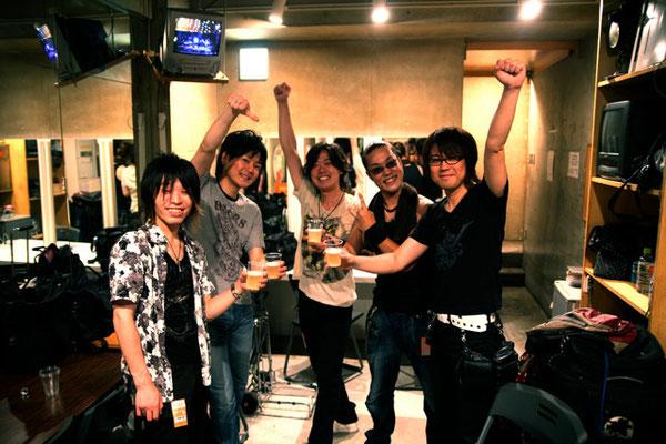 2011.07.14 Vo.白井裕紀君のライブ後。Ba.前田逸平ちゃん、Dr.菊嶋亮一君、Gt.は弟子の鈴木義成君。