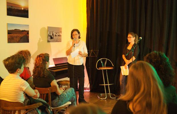 Begrüßung der Gäste vor dem Bühnenprogramm.