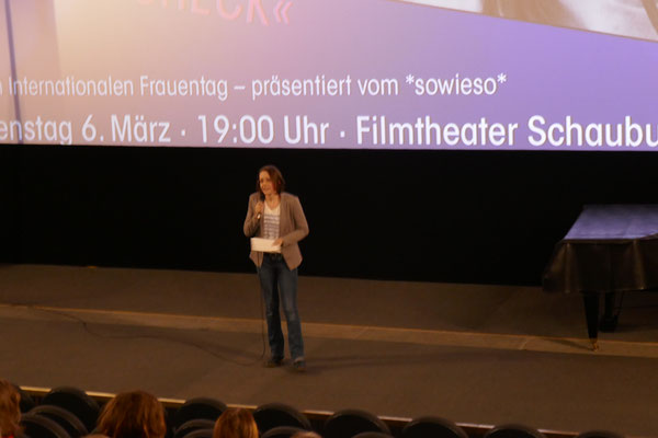 Susanne Seifert, die Kuratorin der Dresdner Frauen*kurzfilmnacht begrüßt das Publikum.