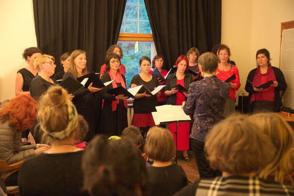 Auftritt des Chors *femmes vocales*