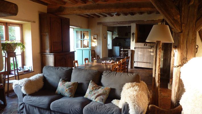 La pièce à vivre et sa grande table