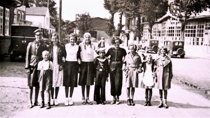 Bild vor dem Strandhotel und der Bushaltestelle bei der Post, 1934