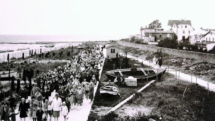 Strandfest 1924. Umzug auf der Betonpromenade.