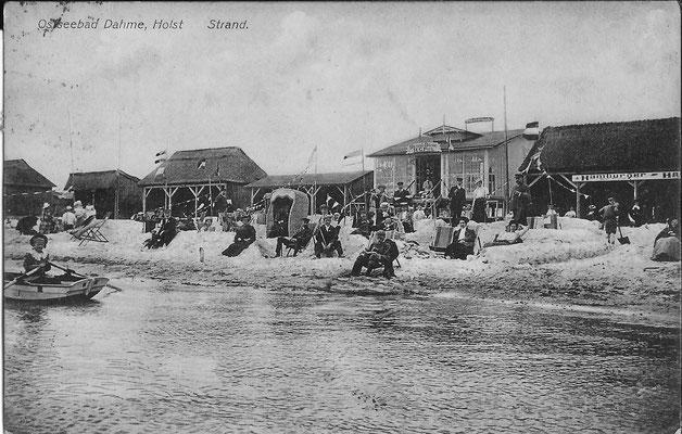 Strandleben 1912 an dem schmalen Strand vor der Wandelbahn aus Holzbrettern und den Kiosken