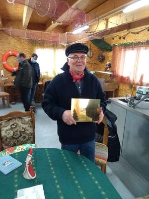 Der erste Vorsitzende des Fischervereins Rudi Höppner mit der Plakette