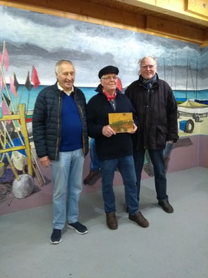 Der Vorsitzende des Fischervereins flnkiert von dem Fischersohn Hans Jörgen Prühs und Jürgen Möller