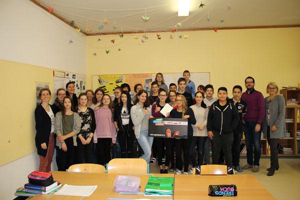 Die Gewinnerin des iPad mit ihrer Klasse NMS Steyr-Tabor