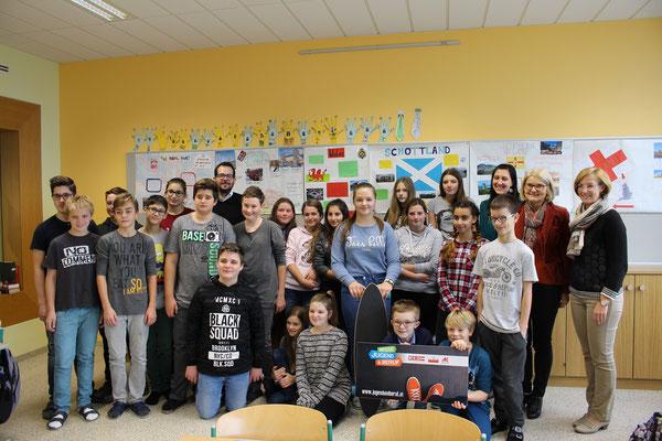 Die Gewinnerin des Longboards mit ihrer Klasse TNMS Grieskirchen