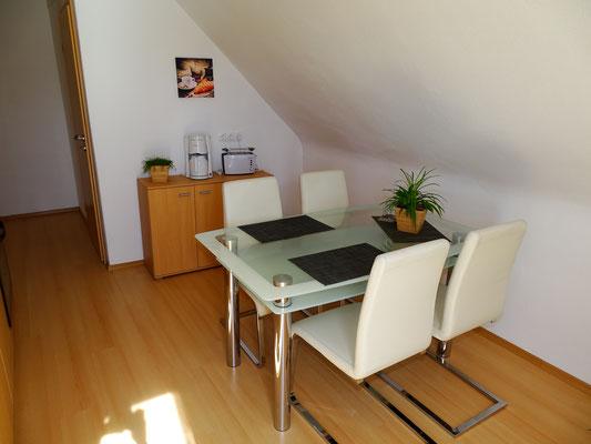Küche mit Esstisch und 4 Stühlen