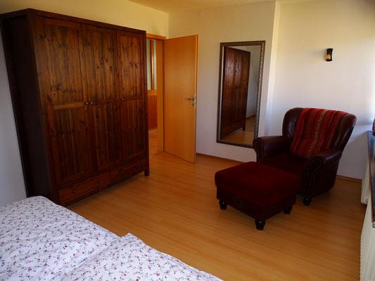 Schlafzimmer mit Schrank und Sessel