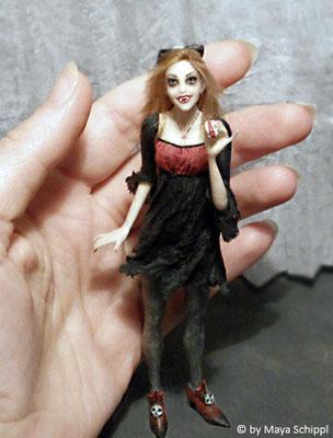 "1:12 VAMPIRE GIRL ""ANNA"""