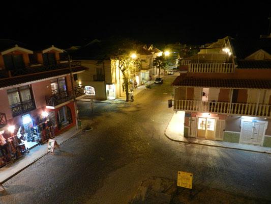 Éjszakai utcakép a tetőről.