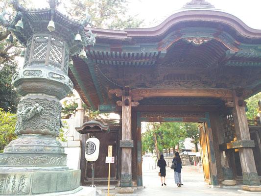 豊川稲荷に演奏の準備が終わったあと行きました。正面の門から入ります。