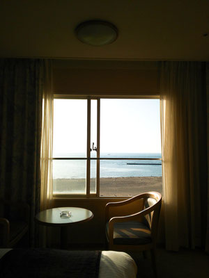 窓の外はすぐ海