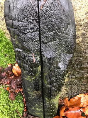 Holzskulptur, Mahnmal, feuergeschwärzt, 50x30 cm