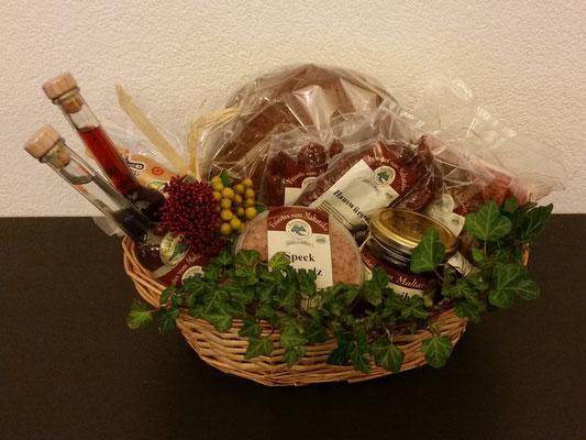 Geschenkkorb der Fam. Truskaller: Speck, Salami, Aufstriche, Honig, Edelbrände, Liköre u.v.m.