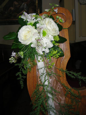 Blumenschmuck für Kirchenbänke