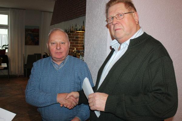 Volker Gäde überreicht an Burkhard Herfort eine Urkunde für sehr guten Honig beim Honigwettbewerb.