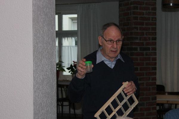 Günter Schröder erläuterte die Entnahme der Futterkranzprobe.