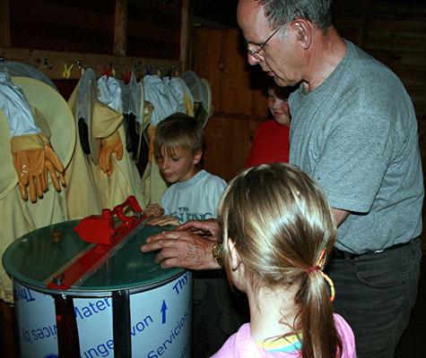 Kinder der Arbeitsgemeinschaft beim Schleudern