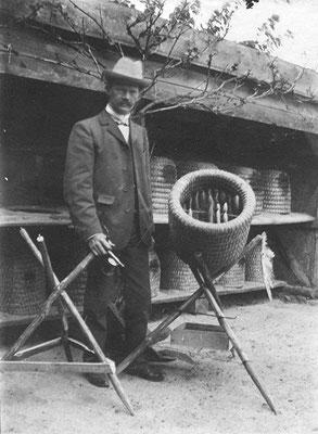 Ernst Schulz 1901 am Heimatstand in Hohentramm