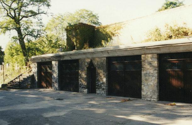 Garagen direkt vor dem Haupteingang des Hauses.