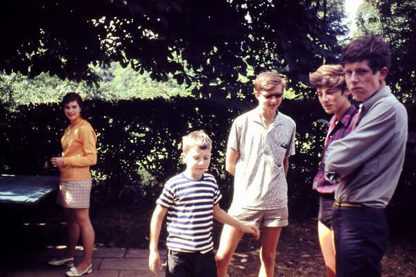 """Echte """"Petzow-Kinder"""" an der Tischtennisplatte (vermutlich 1969).  Im gelben Pullover Martina Rähmer, Tochter von Joachim Rähmer.  Ganz rechts: Thomas Pitschmann, Sohn von Siegfried Pitschmann.  Links neben ihm ein Sohn von Georg Maurer."""