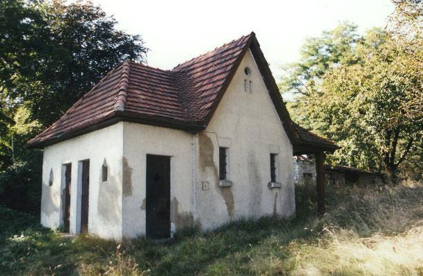 Das historische Badehaus am Seeufer.