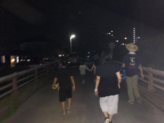 夕食を食べて夜のお散歩