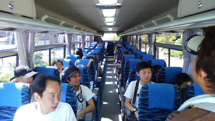 バスの中は貸切バスでゆったり