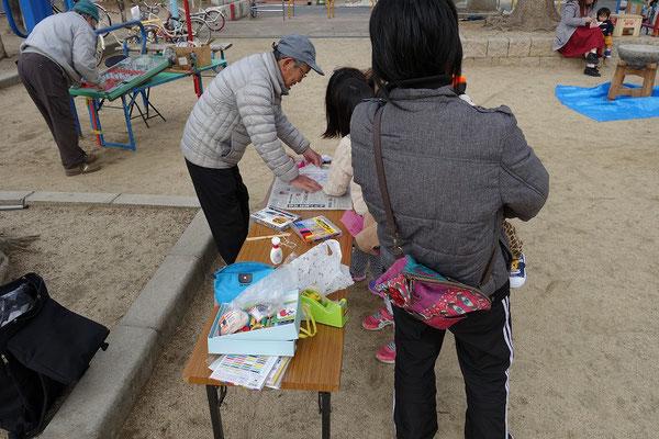 手づくり工作は折り紙タコ