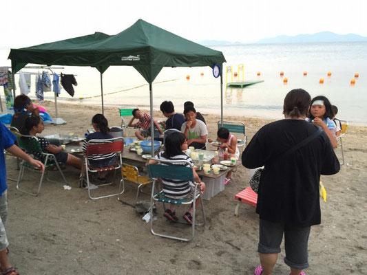 浜辺でまったり夕食~