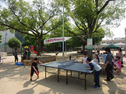 新しい「あそびの広場」横断幕をバックに青空卓球
